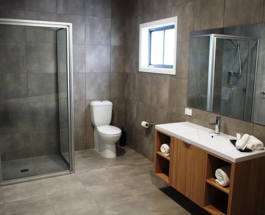Euston Motel deluxe bathroom